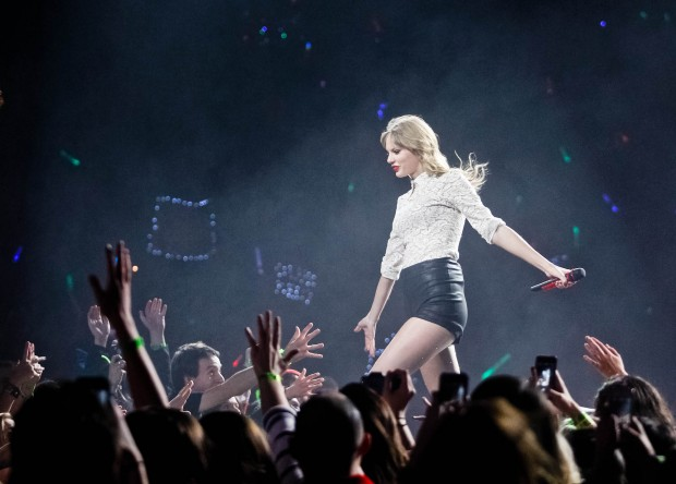 Inside The Red Tour The Blonde With The Sparkly Guitar Brings Back A Classic In St Louis The Swift Agency